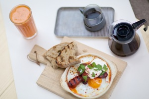 Brunch is equally good as dinner. We recommend the baked eggs - and of course the coffee. Photo: PR